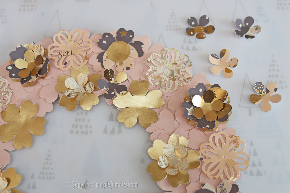 diy couronne fleurs papier noël finition