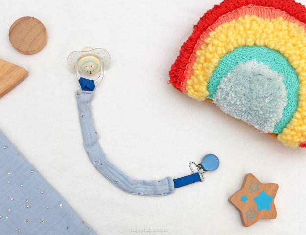 diy attache tétine bleu jouet
